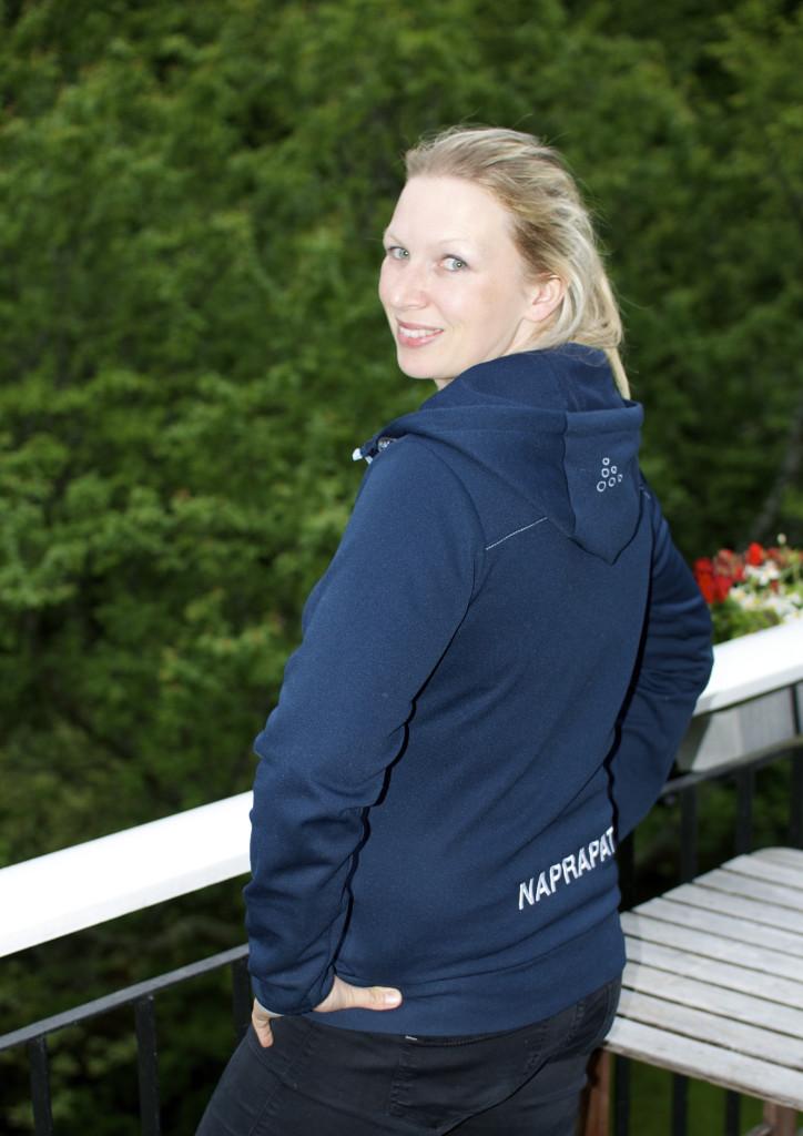 Me har fine klinikk klær med logo og tittel godt profilert, her med Naprapat på ryggen.