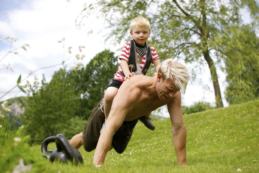 trening med barn, utetrening, armheving