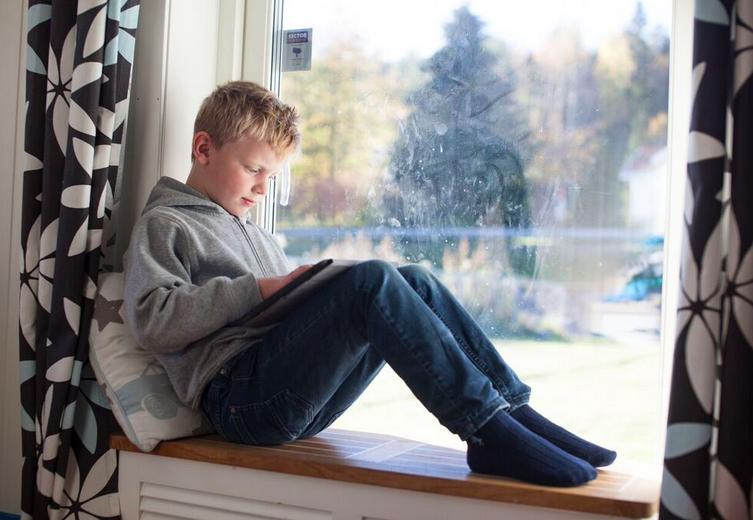 nettbrettbruk-og-barn-sittestilling-mindre-smerter